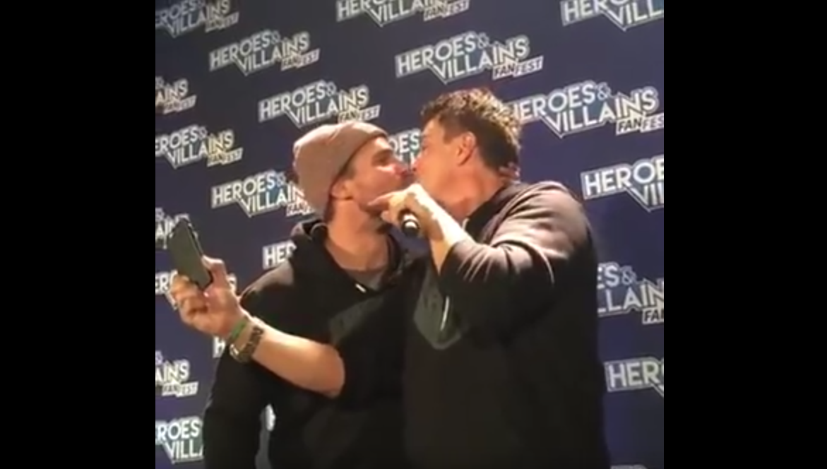 Bisou gay : Stephen Amell et John Barrowman (Arrow)